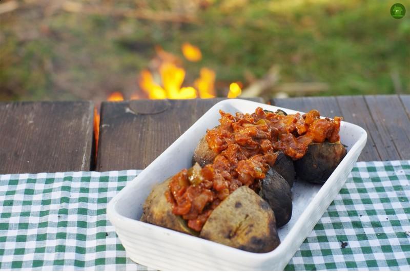Przepis na sos myśliwski z grzybami leśnymi serwowany z pieczonymi ziemniakami