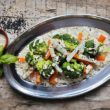 Przepis na blanszowane warzywa z sosem z tahini i czarnym sezamem