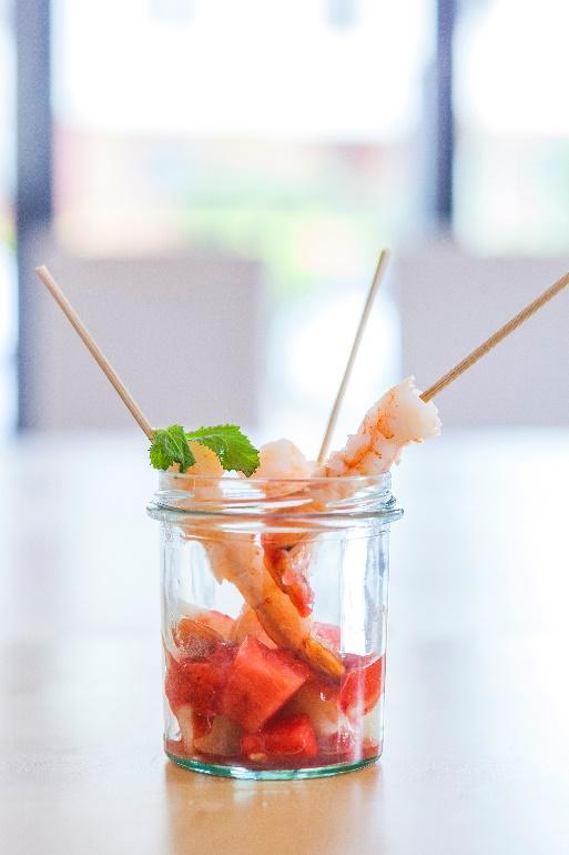 Krewetki z arbuzem i melonem z dodatkiem truskawkowego musu