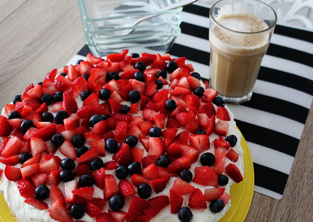 Prosty, szybki, pyszny i puszysty bezglutenowy tort z bitą śmietaną i owocami