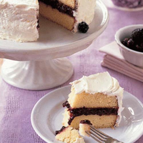 Ciasto biszkoptowe nasączone herbatą i przełożone konfiturą jeżynową