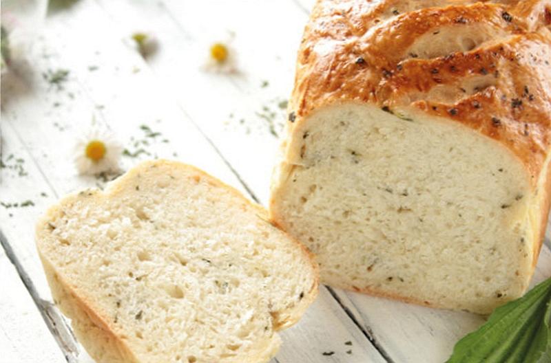 Aromatyczny puszysty chleb bezglutenowy pieczony na serze feta lub tofu