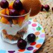 Błyskawiczny bezglutenowy deser biszkoptowy z miodem i owocami