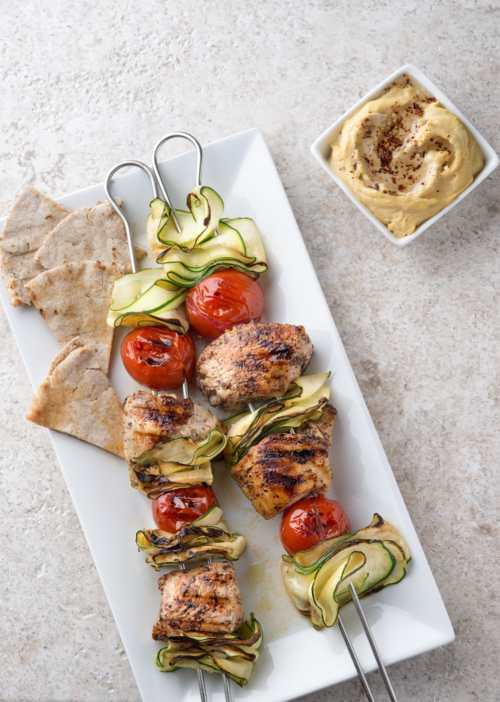 Szaszłyki z hummusem – idealne danie na sezon grillowy