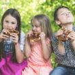 Wakacyjna dieta dzieci poza kontrolą rodziców – jak to zmienić?
