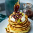 Pancakes z mascarpone, pistacjami i sosem różano – śliwkowym