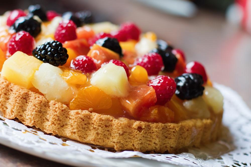 Tarta z masą budyniową i owocami