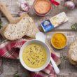 Rozgrzewająca zupa krem z soczewicy z kurkumą i serem kremowym