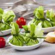 Przepis na zielone kieszonki z wędzonym twarogiem i pastą z pestkami słonecznika, ogórkiem i koperkiem
