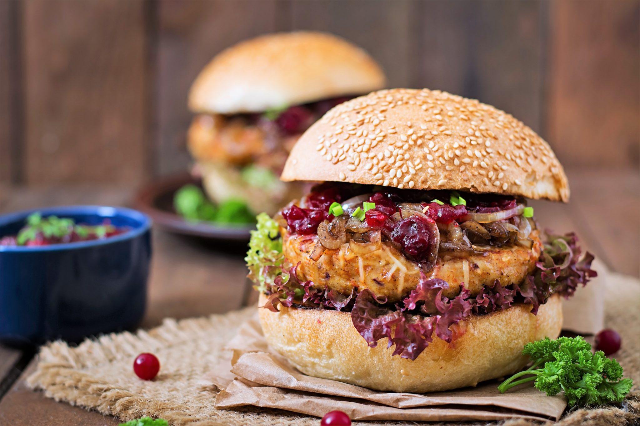 Rodem z Ameryki – domowe burgery z orzechami i bakaliowym musem