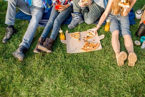 Nowoczesna forma piknikowania – jedzenie z dostawą na koc?