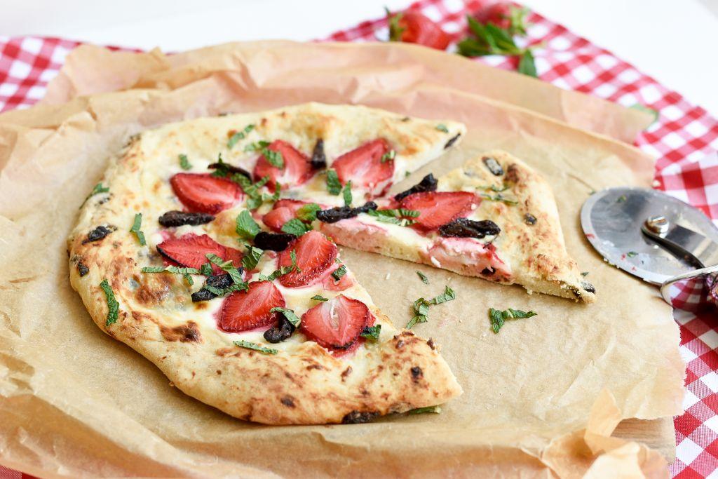 Pizza z mascarpone, śliwkami kalifornijskimi i miętą