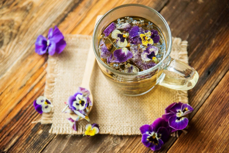 Pierwszy dzień wiosny – kolorowe przepisy na herbatę z dodatkiem jadalnych kwiatów