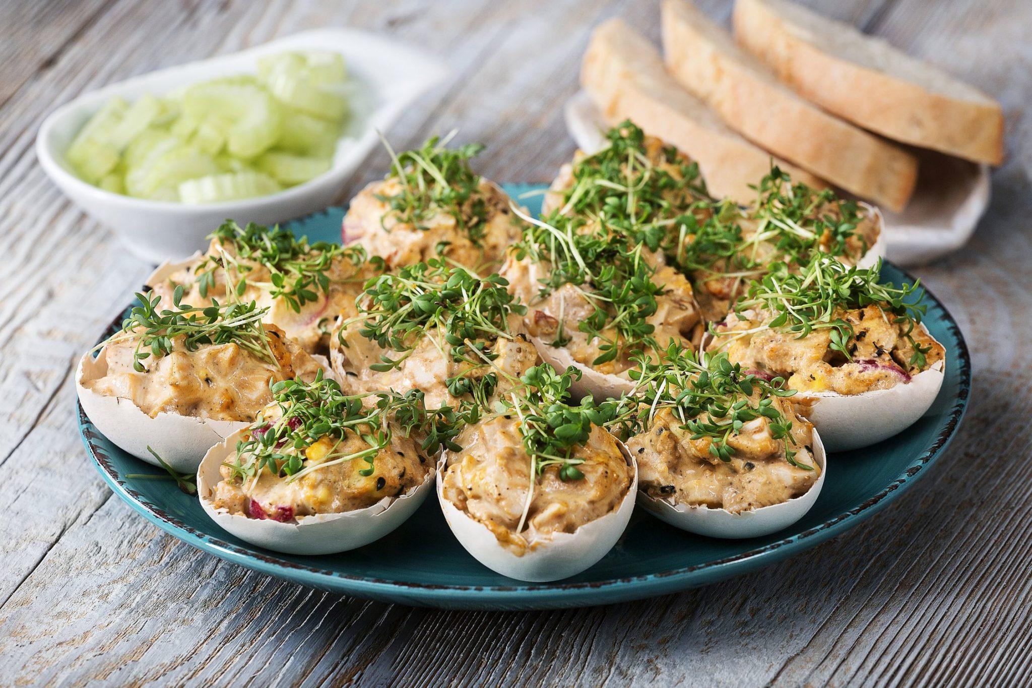 Przepis na jajka faszerowane w skorupkach z awokado i pastą z pestkami słonecznika