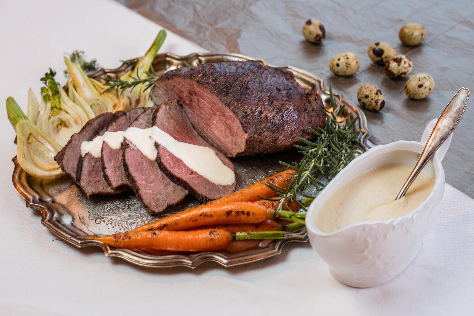 Wołowina wolno pieczona z sosem serowo-chrzanowym