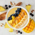 Czym są smoothie bowl? Pięknie skomponowany posiłek, serwowany w głębokich miseczkach